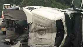 Ôtô tải nổ lốp và lật nghiêng trên cầu, hàng tấn xi măng đổ xuống hồ