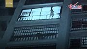 Giải cứu bé trai treo lơ lửng ngoài cửa số chung cư cao tầng