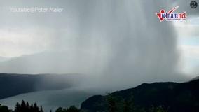 Xem 'cơn sóng thần từ thiên đàng' trút ngàn khối nước xuống hồ