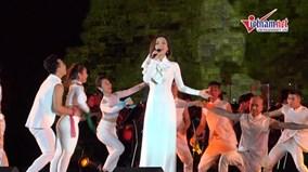 Ái Phương diện áo dài trắng, ngọt ngào hát 'Hello VietNam'