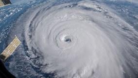 Khoảnh khắc máy bay đi vào tâm siêu bão Florence