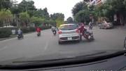 Ô tô con cố tình đánh võng, húc ngã cặp đôi đi xe máy
