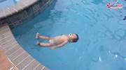Bé gái một tuổi gây sửng sốt vì bơi lội tung tăng như cá trong hồ