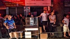 Cháy cả dãy nhà, dân phố Đê La thành ngủ đêm ở Nhà văn hoá