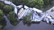 Cận cảnh đoàn tàu trật đường ray, lao xuống sông, nhiều khoang vỡ nát