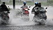 Đường phố Sài Gòn biến thành sông sau cơn mưa lớn