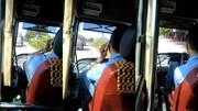 Tài xế xe buýt vừa lái xe vừa gác chân nghe điện thoại