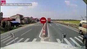 Ô tô bán tải vượt ẩu, ép container đánh lái lao sang làn ngược chiều