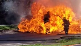 Ô tô phát nổ, 2 người lính cứu hỏa chìm trong biển lửa