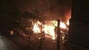 Hà Nội: 2 nhà trên phố Chùa Láng bốc cháy dữ dội