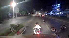 Hai cô gái tạt đầu xe container và pha hãm phanh kịp thời của bác tài