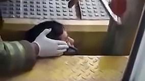 Giải cứu người đàn ông bị ngã kẹt đầu giữa đường ray và sân ga