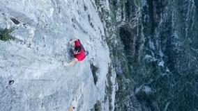 'Người Nhện' Mỹ thách thức tử thần, tay không leo vách đá cheo leo