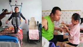 Xúc động bé 6 tuổi một mình chăm cha liệt nửa người