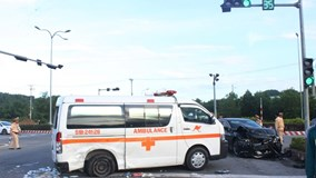 Mazda 6 tông xe cứu thương quay nhiều vòng, nữ y tá văng xuống đường