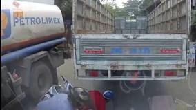 Hai người đàn ông suýt chết dưới gầm xe tải do vượt ẩu