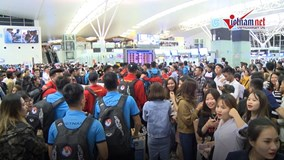 Tuyển Việt Nam lên đường sang Hàn Quốc, fan nữ vây kín sân Nội Bài