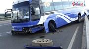 Xe khách 'làm xiếc' trên cầu Nhật Tân, nhiều người khổ sở ra sân bay