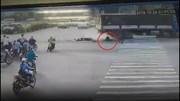 Tài xế Grab may mắn thoát chết trong gang tấc dưới bánh xe tải