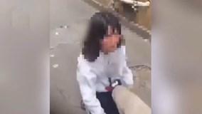 Nữ sinh bị đánh hội đồng và tung clip lên mạng làm nhục vì cái áo bị bẩn