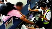 Chuyến bay bị hủy, hành khách dùng iphone đập thẳng mặt nhân viên