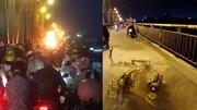 Xe máy cháy ngùn ngụt giữa cầu Chương Dương giờ cao điểm, giao thông ùn tắc