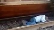 Thoát chết thần kỳ khi bị tàu hỏa lao qua người