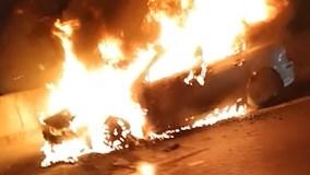 Xe Mazda 3 cháy ngùn ngụt trên đường Hà Nội