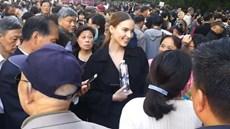 Cô gái xinh đẹp người nước ngoài bị bao vây vì rất thích đàn ông Châu Á