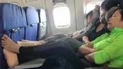 Nữ du khách Trung Quốc vô tư gác chân lên bàn ăn máy bay