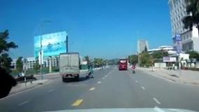Xe tải vượt ẩu và cú đánh lái thần kỳ tránh xe máy bất ngờ sang đường