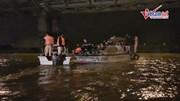 7 giờ tìm kiếm nghẹt thở chiếc ô tô tông gãy lan can, rơi xuống sông Hồng
