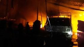 Bình Dương: Cháy dữ dội công ty gỗ, dân bỏ chạy tán loạn thoát thân
