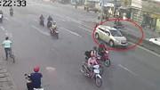 Sang đường ngược chiều ở 'ngã 3 tử thần', xe máy bị ô tô húc bay xa