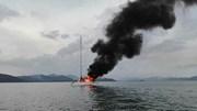 Du thuyền hạng sang bị sét đánh trúng, bốc cháy dữ dội giữa biển