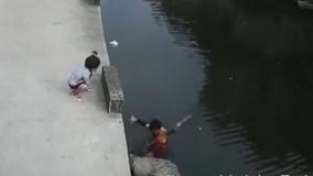 Bé gái trượt chân ngã xuống sông may mắn được giải cứu kịp thời