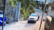 Quên kéo phanh tay, ô tô trôi dốc gây tai nạn nghiêm trọng