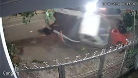 Xe bán tải lao tốc độ kinh hoàng, tông bay 2 người đi xe máy