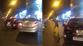 Sau va chạm nhẹ trên phố, tài xế ô tô bất ngờ cầm gạch ném taxi