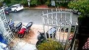 Nữ tài xế bất ngờ mở cửa xe ô tô hất văng xe máy