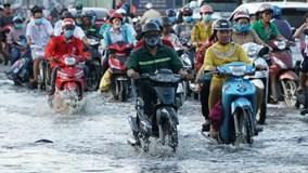 Triều cường đạt đỉnh, dân Sài Gòn vất vả lội nước về nhà