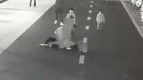 Bà mẹ trẻ bảo vệ con khỏi chó thả rông, bị chủ chó đánh tới tấp