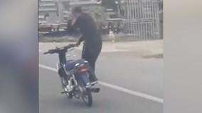 Nam thanh niên đi xe máy như lướt sóng trên đường