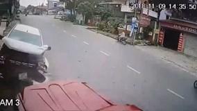 Tài xế ngủ gật, ô tô lao tự do trên đường gây tai nạn