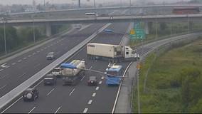 Cảnh thót tim khi container đột ngột quay đầu đi ngược chiều trên cao tốc