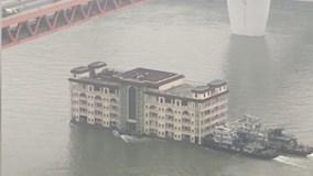 Tòa nhà di chuyển trên sông như du thuyền khiến dân mạng sửng sốt