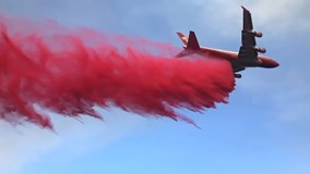 Xem máy bay Boeing 747 chữa cháy rừng ở California