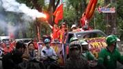 CĐV đốt pháo sáng, đổ ra đường diễu hành trước giờ Việt Nam đấu Malaysia