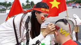Thanh niên vượt ngàn cây số, họa đầu 'độc lạ' cổ vũ đội tuyển Việt Nam