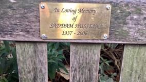 Thẻ bài tưởng nhớ Saddam Hussein bất ngờ xuất hiện ở London